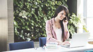 女性の電話風景
