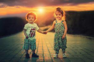 子供写真(兄弟が手を繋いでいる)