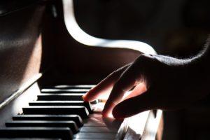 ピアノを弾いている写真)