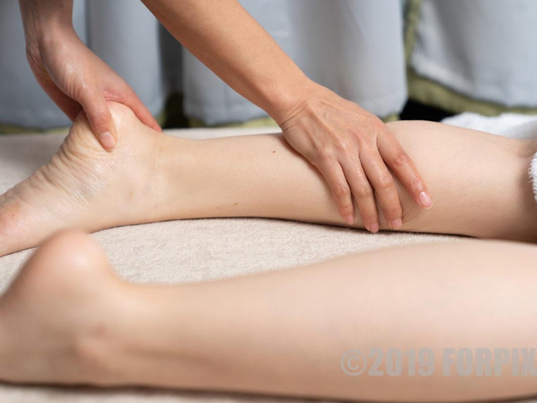 エステで脚の施術を受けるイメージ