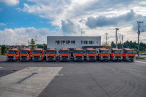 運送会社イメージ写真(トラック正面から)
