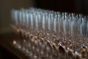 整列したグラスの写真